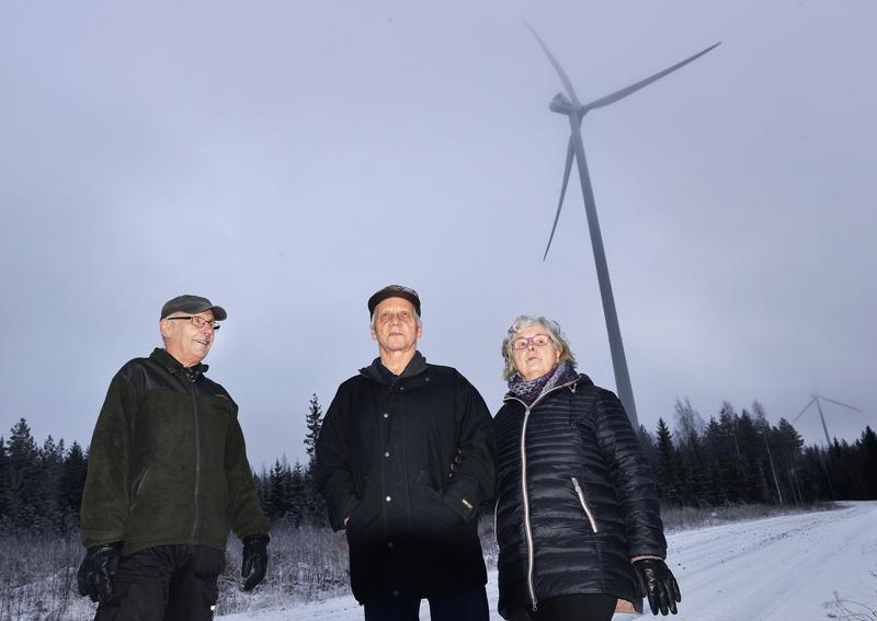 Sakari Mustanoja ja  Veikko ja Anna-Liisa Finnilä ovat eri mieltä tuulivoiman hyödyistä ja haitoista.