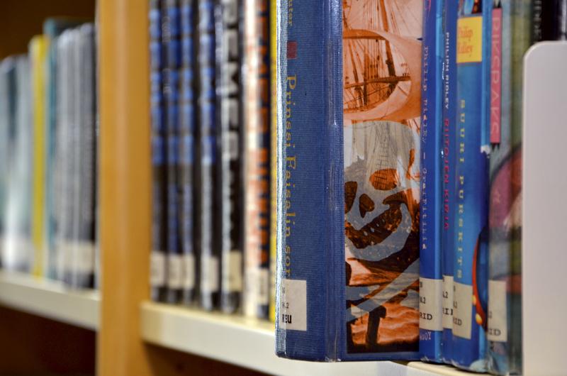 Ylivieskan kirjastoon palautetaan aineisto oviluukun kautta.
