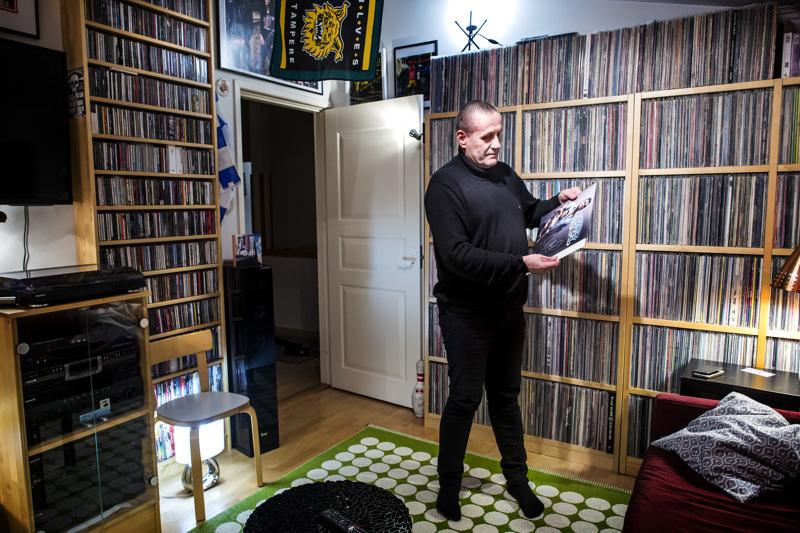 """Hannu Kaitaluoma """"valtakunnassaan"""", tuhansien levyjen keskellä. Ilveksen miehen seinällä on Ilveksen logo, kuinkas muuten."""
