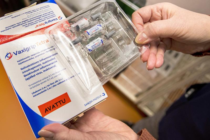 THL on hankkinut tälle kaudelle kahta eri rokotetta influenssaa vastaan: pistettävää VaxigripTetra-rokotetta kaikille ikäryhmille (kuvassa) ja FluenzTetra-nenäsumuterokotetta 2–6-vuotiaille.