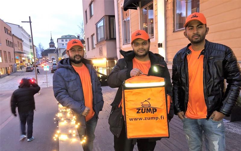 Zumpin mobiilisovelluksella tai verkkosivuilta asiakkaat voivat tilata ruokaa alustan kumppaniravintoloista kotiinkuljetettuna. Reza Rhaman (vas), Sihabur Rahman ja Md Mustafa Mamun ovat yrityksen osakkaita.