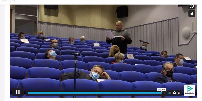 Mielipidekirjoituksessa harmitellaan epäasaillisen keskustelukulttuurin hiipimistä valtuustoon. Kuvakaappaus Haapaveden 23.11. valtuustokokouksen videotallenteen viimeisiltä minuuteilta.