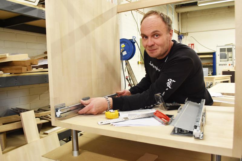 Puusepäksi opiskeleva Ville Mattila tekee asiakastöitä koululla opiskelujen ohessa. Hän tuumii, että kalusteiden tekemisessä mukavinta on aina kasaamisvaihe, kun lopputulos alkaa hahmottua.