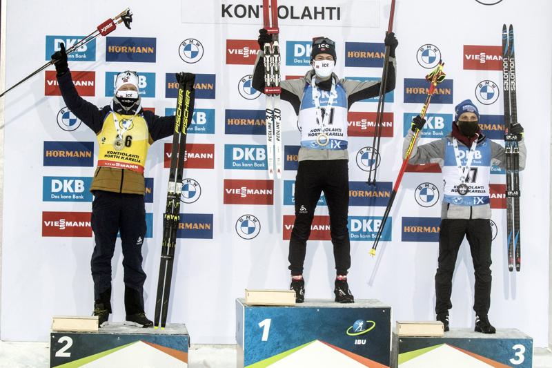 Voittaja Sturla Holm Lägreid oli uusi mies ampumahiihdon maailmancupin podiumilla. Vierelle nousivat Erik Lesser (vas.) ja Johannes Thingnes Bö.