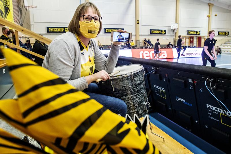 Tiikereiden peliin saapunut Sofia Dalhem seurasi Hollihaan lehtereillä kännykästään, miten Iivo Niskaselle kävi Rukalla.