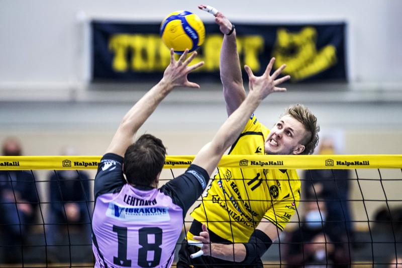 Antti Leppälä iskee palloa lattiiaan yli Lauri Lehtosen torjunnan.