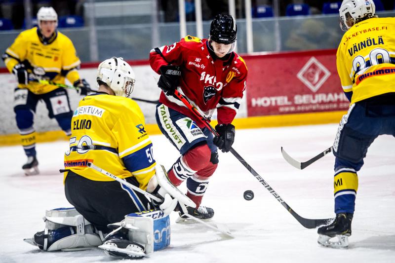 Oskari Uomala tavoitteli kanukkimaalivahti Aidan Pelinon pudottamaa kiekkoa.