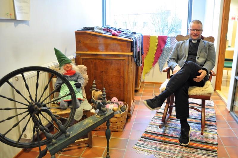 Veli-Pekka Harju pitää vanhoista asioista. Hän halusikin tulla kuvatuksi kirkkoherranviraston perinnenäyttelyn keinutuolissa.