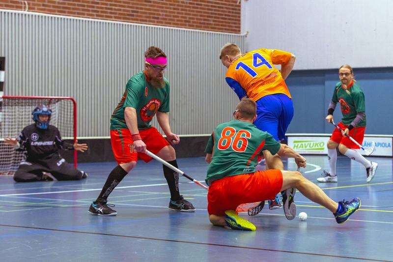 Mikko Jussila (nro 79) hämmästelee, miten näppärästi Eemil Taskila (nro 14) kopauttaa pallon jalkojensa välistä kuvan ulkopuolella olevalle Antti Typölle, joka sivaltaa tilanteeksi 4–2