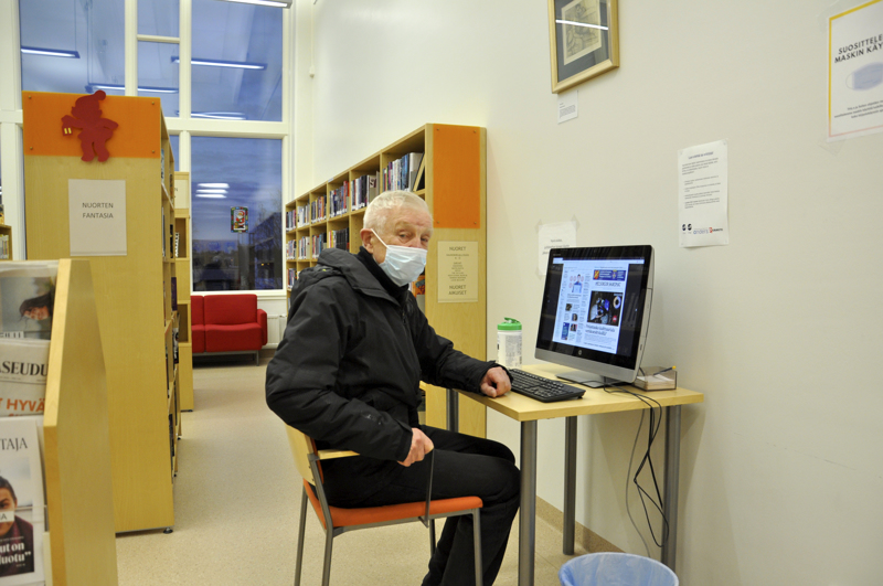 Jorma Linnarinne oli kirjaston ensimmäinen omatoimiasiakas Toholammilla. Hän käy kirjastossa eniten lukemassa lehtiä, monesti sähköisiä versioita.