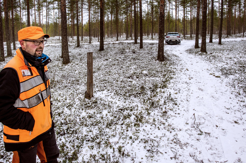 Kokkolan metsätalousinsinööri Ahti Räinä muistuttaa, että vaikka autolla pääsee maastoon ajamaan, se ei välttämättä ole sallittua.