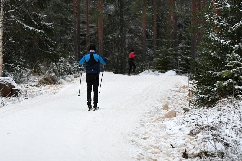 Ylivieskan Huhmarissa päästiin ladulle sunnuntaina. Säilölumiladut ovat auki myös Nivalan Pyssymäellä ja Reisjärven Petäjämäellä.
