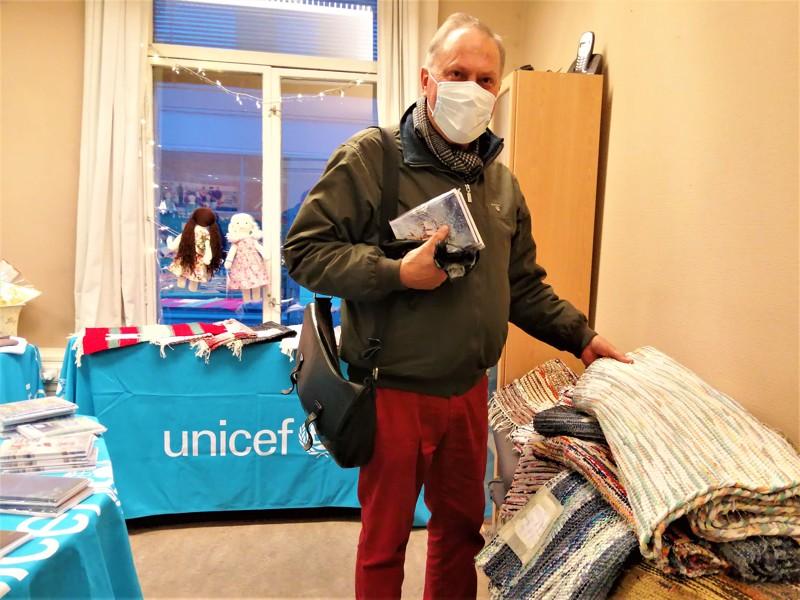 Richard Sjölund osti joulukortteja ja Pietarsaaressa valmistetun maton.