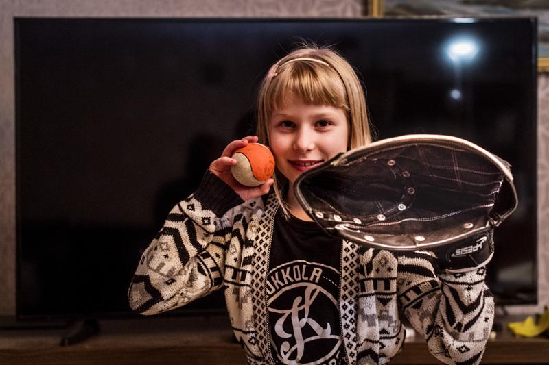 9-vuotias Lilja Anttiroiko on pelannut pesäpalloa Kokkolan Kirin juniorijoukkueessa vuoden.