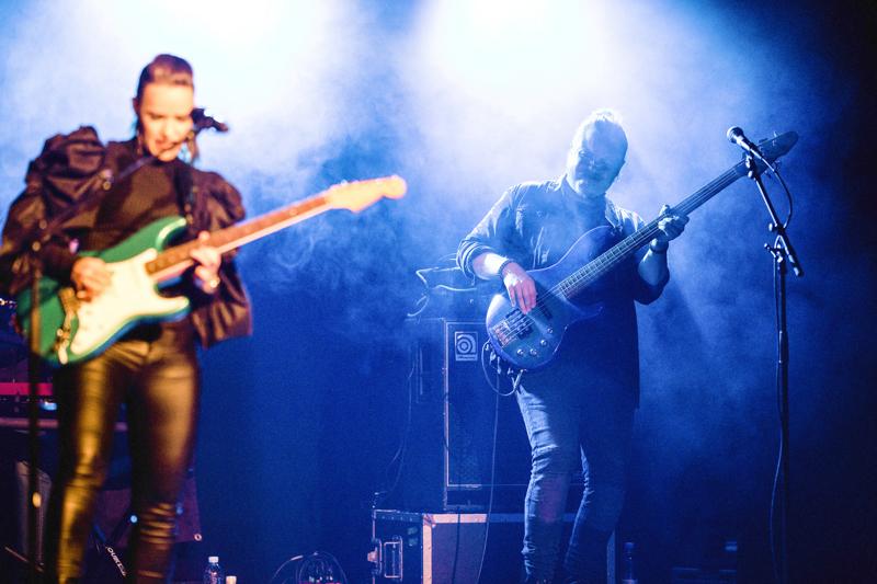 Perhossa asunut ja Kaustisella lukion käynyt Tatu Back (oik.) on ollut kolmisen vuotta vakijäsen Erja Lyytisen bändissä.
