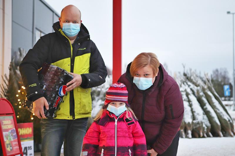 HELMI, EEVA-LEENA ja VÄINÖ KONTTILA: Leivomme koko perheen voimin joulutorttuja.