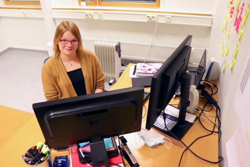 Meri Kempin työhön kuuluu muun muassa kunnan infopuhelimeen vastaaminen.
