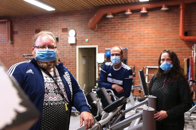 Petri Saari (vas.), Timo Virolainen ja Outi Tyni jatkavat työtä Vetelin lukion urheiluakatemian parissa.