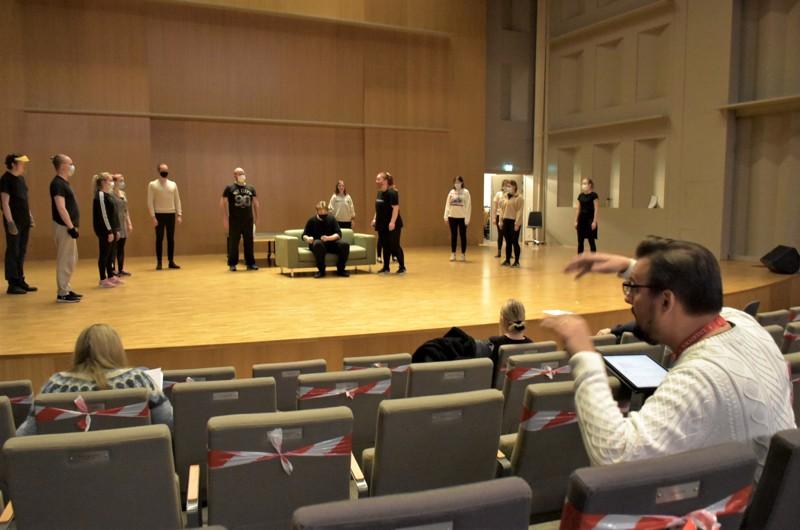 Novian opiskelijat muodostavat musikaalin näyttelijälaulajiston. Martin Segerstråhle ohjaa harjoituksia.