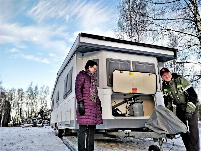 Ari ja Leila Suo iloitsevat uudesta vaunupaikasta Fanta Seassa. Heidän LandHausinsa on kuin pieni mökki harjakattoineen ja ränneineen, pituutta karavaanille kertyy aisan kanssa yhdeksän metriä.