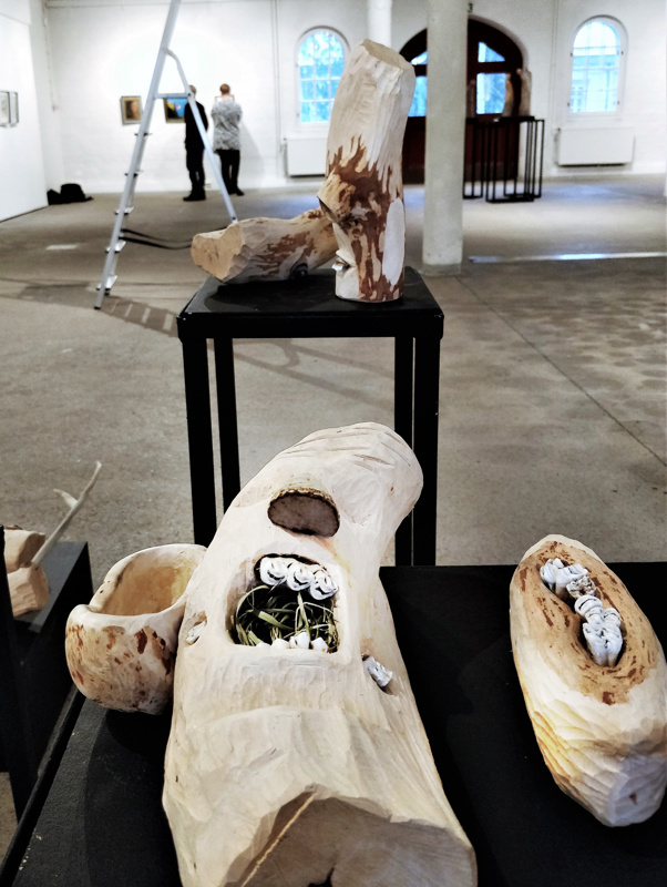 """Eva-Stina Byggmästarin veistos """"Skrik ut det""""  """"Shout it out"""" on yksi Jakarten näyttelyssä esillä olevasta 42 teoksesta."""