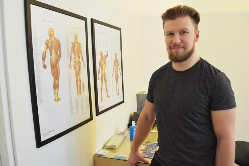 Petteri Nokela on pyörittänyt omaa yritystä jo seitsemän vuotta, siitä lähtien kun valmistui hierojaksi. Hän arvelee, että eläkeikään saakka ei jaksa samassa huoneessa pyöriä, vaan tulevaisuudessa pitää tehdä vielä jotakin muutakin.