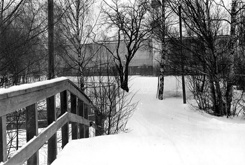 Marraskuun 1990 lumille ei enää latua vedetty, kun siltaa odotti tuho. Tällä paikalla on pelattu jalkapalloa pian 30 vuotta ja aina talvelta suojassa.