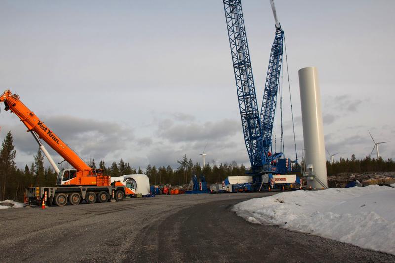 Pyhäjoen Mäkikankaan tuulivoimapuiston voimaloiden pystytys huhtikuussa 2015.