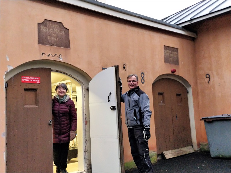 Kaksi vanhaa kamaria on yhdistetty ja tilaan on sijoitettu kirkon sprinklerikeskus, esittelee suntio Anders Granvik museonjohtaja Carola Sundqvistille. Rakennuksen seinään on upotettu taottuja numeroita, joista muodostuvat vuosiluvut 1789, 1781 ja 1778.