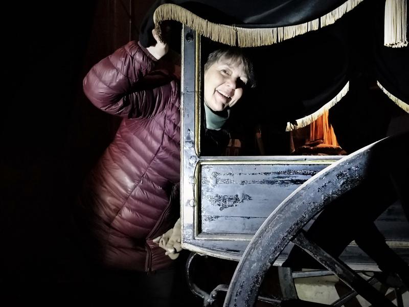 Museonjohtaja Carola Sundqvist ja vuonna 1867 Turusta ostetut ruumisvaunut, joita säilytetään edelleen vanhassa hautaholvissa tapulin vieressä Pietarsaaren kirkkomaalla.