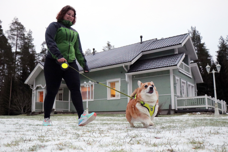 Jutta Kola oli ennen vannoutunut kissaihminen, mutta poikaystävän Unski-koira on sulattanut sydämen.