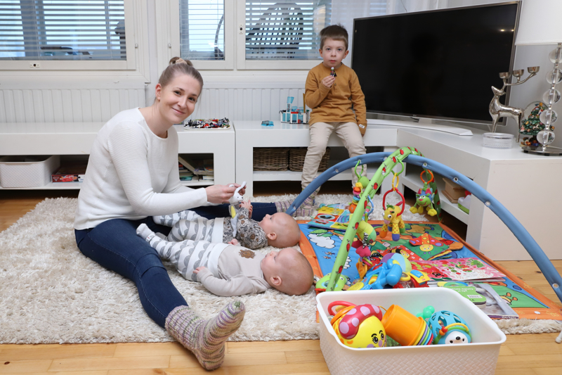 Jutta Sinko on kolmen pienen pojan äiti. Kaksoset Emil ja Milo ovat kohta viiden kuukauden ikäisiä ja isoveli Noel on 4-vuotias.