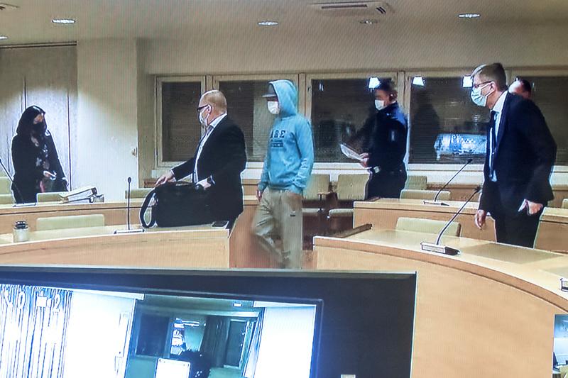 Käräjäsaleissa Kokkolassa toisessa istuivat syytetyt ja asianajajat, toisessa yleisö ja media.