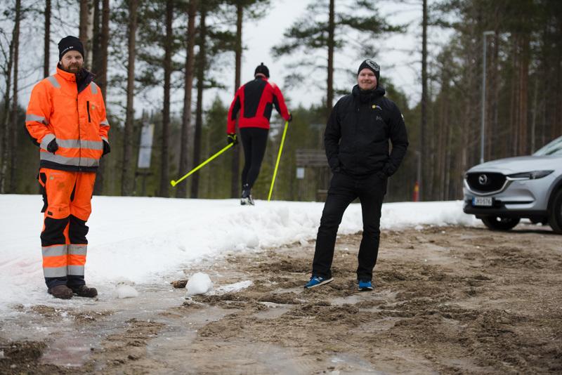 Eero Vähäsöyrinki ja Henri Heiska iloitsevat siitä, kuinka paljon Pyssymäen ensilumenladulla on riittänyt käyttäjiä.