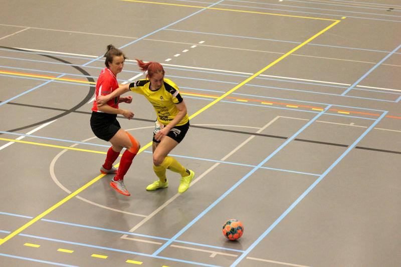 Vääntöä. TU:n avausmaalin tehnyt Iida Nylander kamppailee pallosta KuPS:n Reija-Irina Hassisen kanssa.