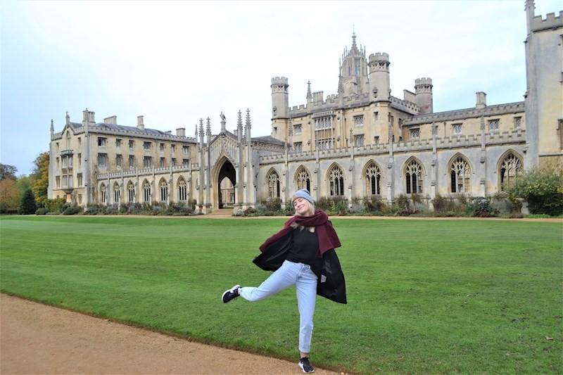 Meeri Salonurmi Cambridgessä St John's collegen edustalla.