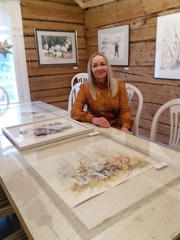 Tiina Mäki-Petäjän akvarelleja voi ihailla Kievarila Kissankellossa joulukuun ajan. Lasipöydältä löytyy maalauksia lemmikeistä.