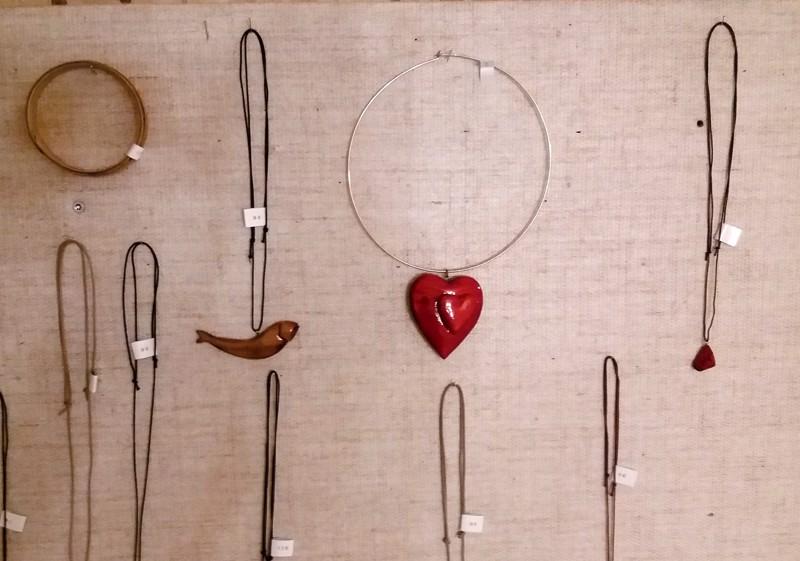 Luonnonmateriaaleista. Maire Heiskasen uniikkikorut ovat osa Virtaa taiteesta -näyttelyä.