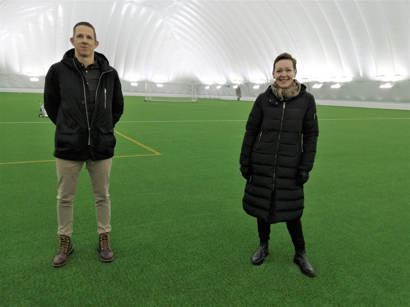 Pontus Backlund ja Monika Eklund-Laurila iloitsevat siitä, millaisia mahdollisuuksia Sursikin liikuntapuiston uusi jalkapallohalli tarjoaa.