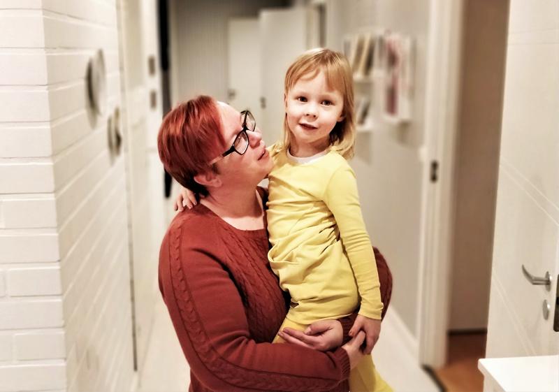 Mira Pulkkinen sylissään Mimosa-tytär, jonka elämäntaival alkoi päälle neljä vuotta sitten 910 gramman painoisena vauvana.