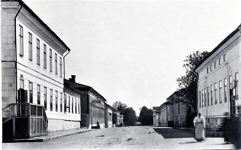 Simeliuksen kauppa (oik.) oli hyvin suosittu. Se  toimi sekä vähittäiskauppana että tukkukauppana. Simeliuksen kuoleman jälkeen vuonna 1906 Felix ja hänen isänsä Eliel Ervast ostivat kaupan ja jatkoivat kauppatoimintaa nimellä Emil Simelius & Co. Ennestään Eliel Ervastilla oli kauppa kadun toisella puolella, nk. Lindskogin talossa, joten nyt heillä oli kauppatoimintaa molemmin puolin katua.