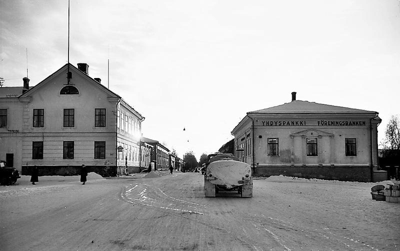 Yhdyspankki Isollakadulla talvisena päivänä luultavasti 1960-luvulla. Pankki omisti talon vuosina 1915-1971.