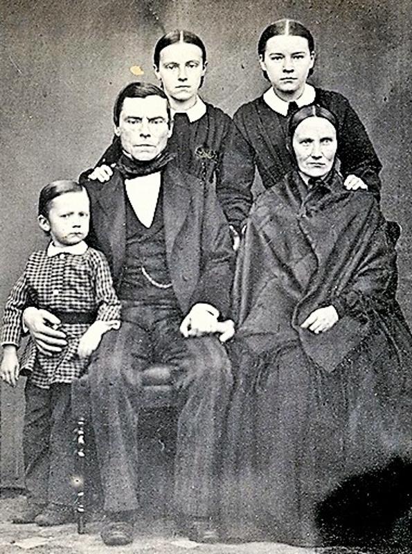 Raatimies Erik Johan Björkman vaimonsa Sofian sekä lasten Alfredin, Emilien ja Idan kanssa. Kuva on otettu ennen 1865, jolloin nuorin tyttö Nanny syntyi.