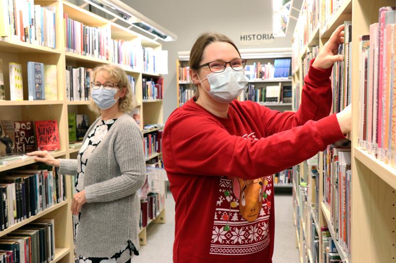 Vetelin kirjastoon hankitaan vuosittain 1300-1400 uutta nimekettä, kirjastonhoitaja Ritva Martikainen ja kirjastovirkailija Suvi Engström kertovat.