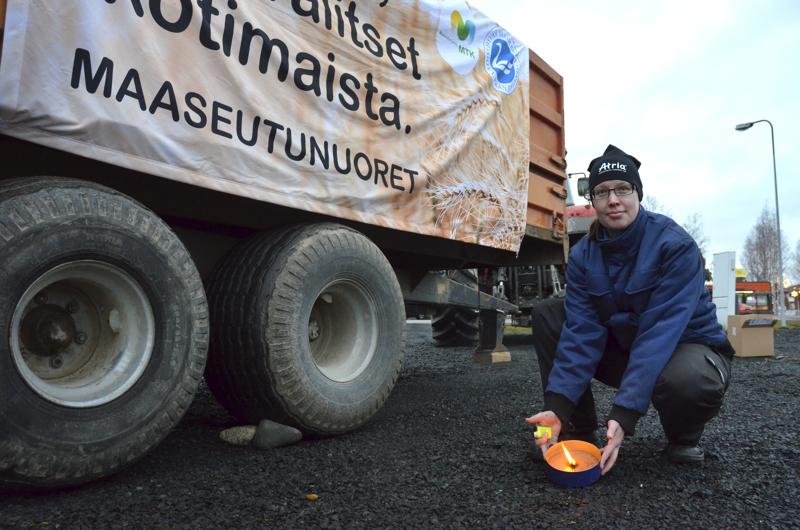 Tanja Ruuttula on tänäkin vuonna sytyttämässä Maaseutunuorten joulutulia ja pystyttämässä joulutervehdyksiä Sievin keskustan liikenneympyrän viereen.