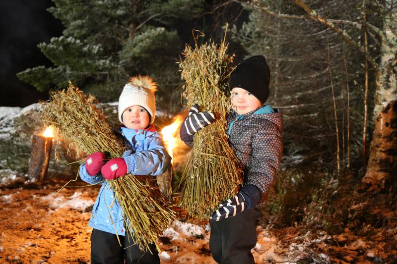 Wida ja Wilner Pulkkinen kantoivat erävalakioilla ja joulurauhan julistamisessa lyhteet tarjolle metsän eläimille.