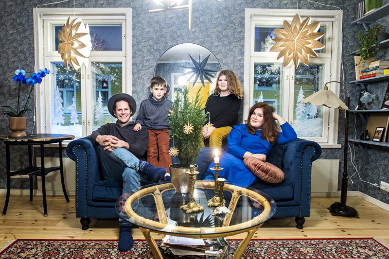 Jouni, Aarni, Pihla ja Ulla Nikula viettävät unelmiensa kodissa ensimmäistä joulunaikaansa. Ulla Nikula on askarrellut ikkunakoristeita paperipusseista.