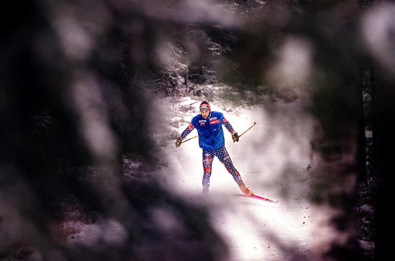 """""""Hän teki kaiken mihin ryhtyi äärimmäisen kovaa ja itseään säälimättä, oli sitten kyse harjoittelusta tai kilpailemisesta"""". Mika Myllylä harjoituslenkillä Someron maastossa ennen Naganon 1998 olympiakisoja."""