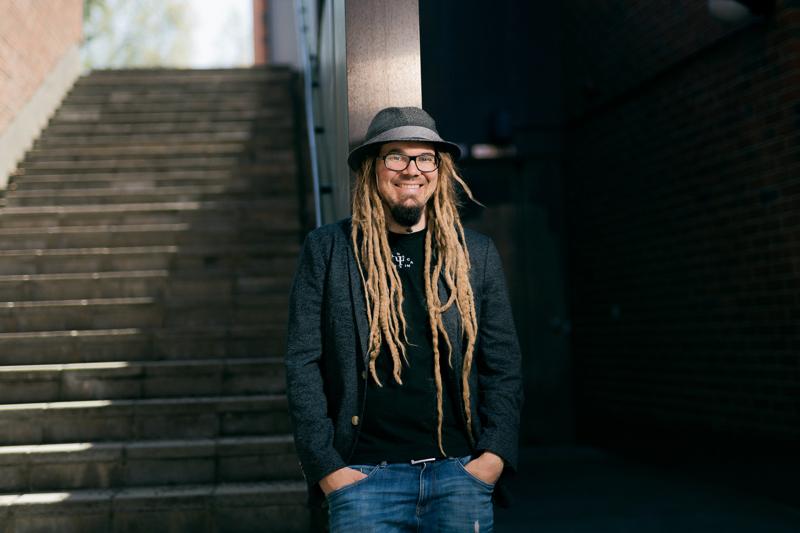 """Huumorintutkija Jarno Hietalahden työhuone on Jyväskylän yliopiston kampuksella: """"Filosofia ja Jyväskylä ovat olleet minulle aina se ainoa vaihtoehto."""""""