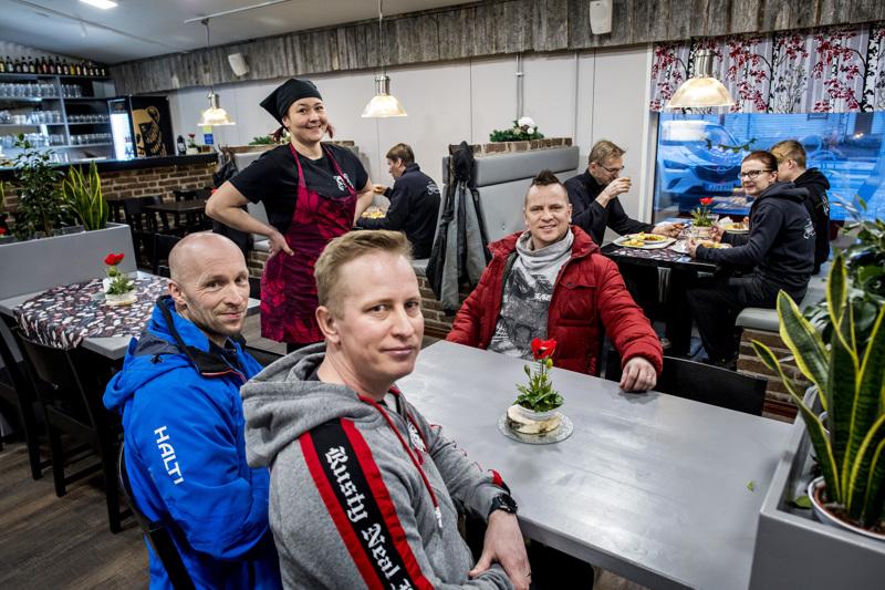 Lissun baarissa käy paljon entisiä talkoolaisia. Liisa Kangasvierelle ravintolaa olivat remontoimassa muun muassa Petteri Rautio (vas.), Mika Sipilä ja Tero Sipilä.